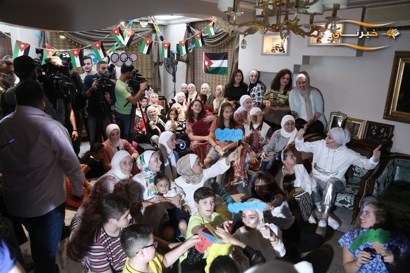 عائلة صالح الشرباتي بعد حصولة على الميدالية