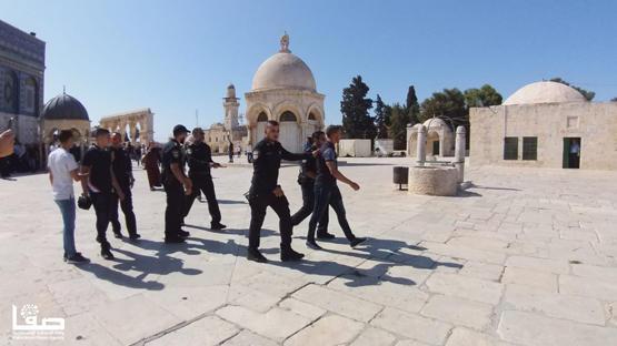 الاحتلال يعتقل فلسطينيا اعترض على زيارة السعوديين للاقصى