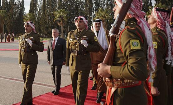 الملك في مقدمة مستقبلي أمير قطر - صور