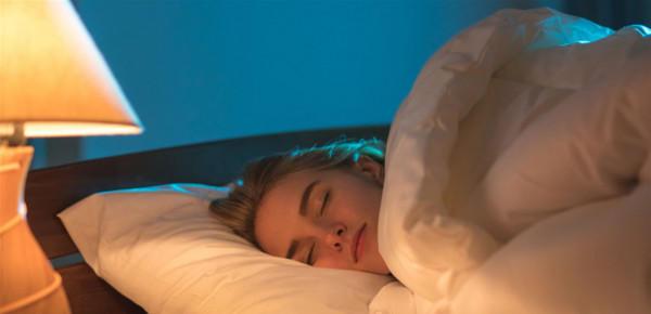 النوم بوجود إضاءة يزيد وزن النساء