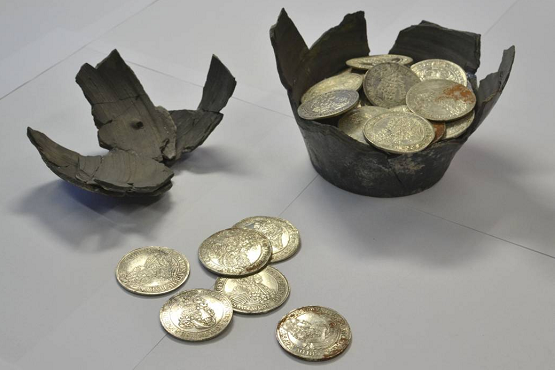 العثور على كنز ثمين يعود للقرون الوسطى - صور