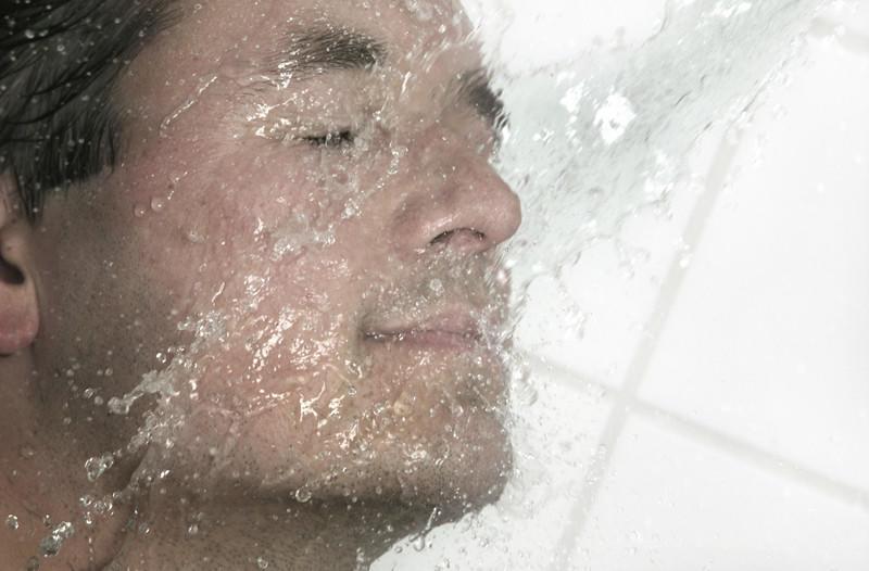 خبراء يحذرون من غسل الوجه خلال الاستحمام