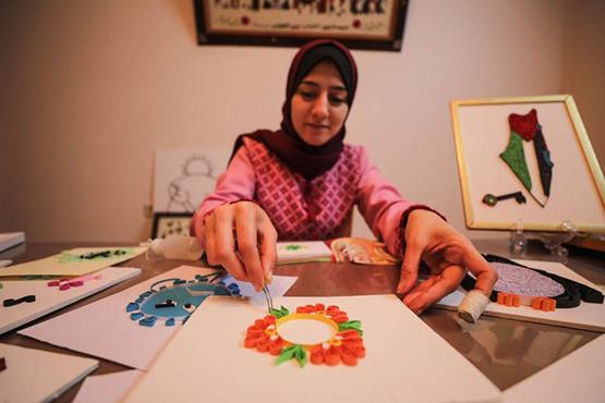 شابة فلسطينية تنقل فن الكويلينغ إلى غزة - صور