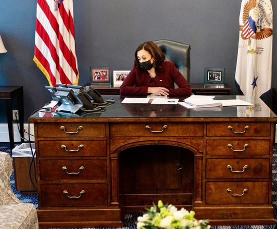 مكتب كامالا هاريس الغريب يثير الدهشة! - صور
