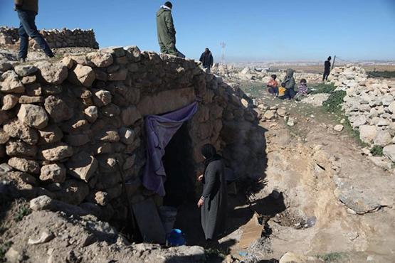 مستوطنون يهاجمون عائلة فلسطينية تعيش في كهف - صور
