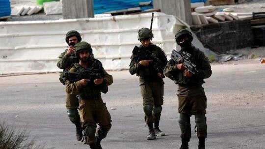 القوات الإسرائيلية تخطر بهدم مدرسة ومسجد بالخليل