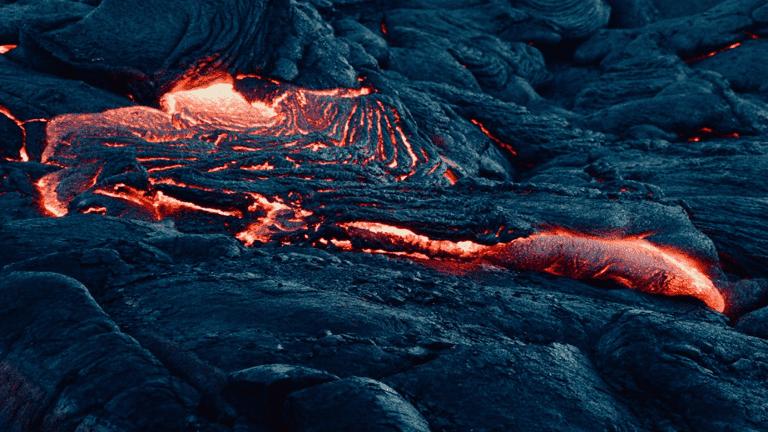 فيديو مذهل للحظة انفجار بركان مؤخرا