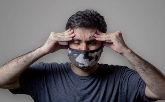 طبيب أمراض معدية يوضح أسباب (صداع الكمامة)