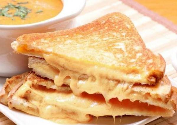 خبير تغذية: الجبن الرومي يسبب الجلطات