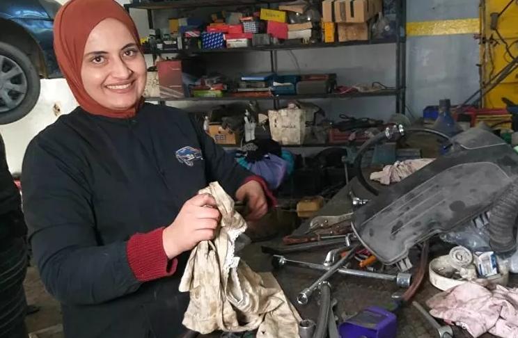 تونسية تترك المحاسبة لتحقق حلمها في ميكانيك السيارات