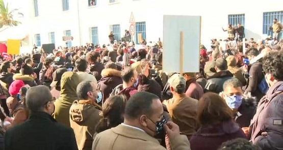 احتجاجات تونس تصل مبنى البرلمان