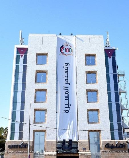 أمنية تزين مبناها الرئيسي ضمن سلسلة احتفالاتها مع الشعب الأردني بمئوية الدولة الاردنية