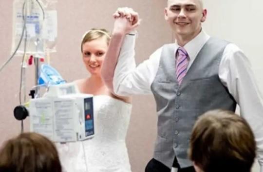 امرأة بريطانية تتزوج من صديقها وهي تحتضر! - فيديو