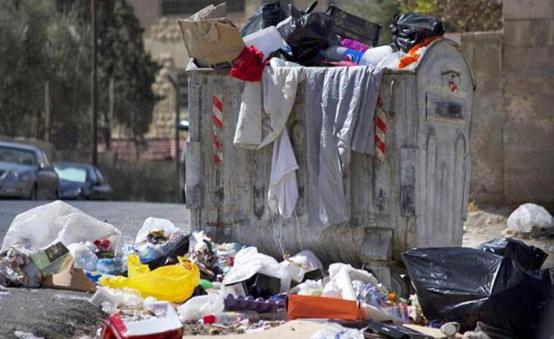 اردنيتان تعتاشان من خبز الحاويات - فيديو