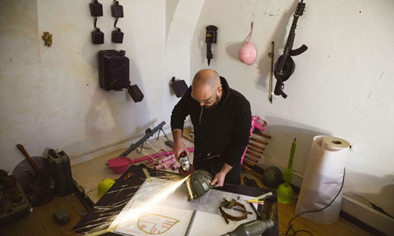 فنان صربي يحول الأسلحة لأدوات موسيقية - صور