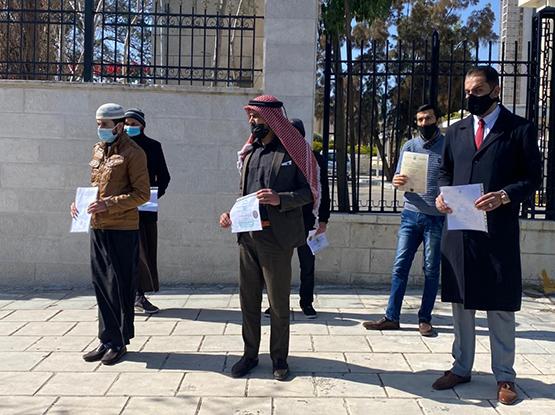 خريجو شريعة يسلمون شهاداتهم للنواب – فيديو وصور