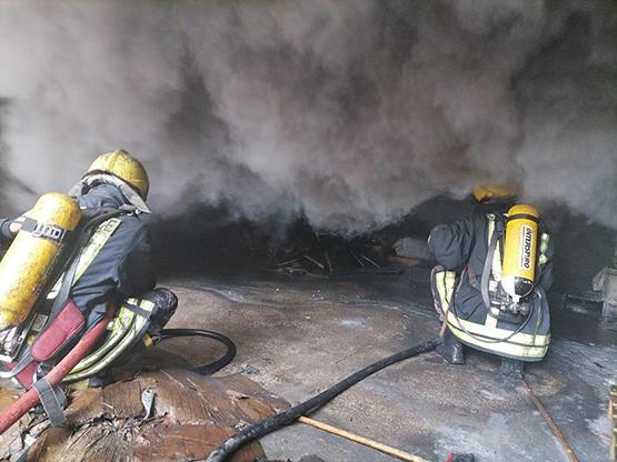 السيطرة على حريق مستودع للاسفنج