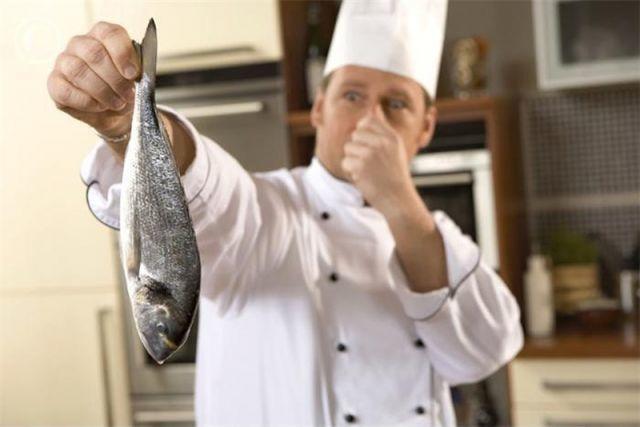 حيل بسيطة للتخلص من رائحة السمك