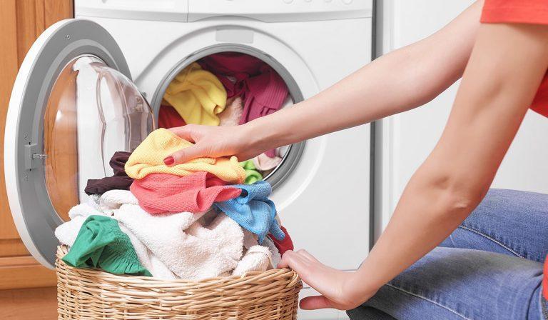 أخطاء عند غسل الملابس تدمر غسالتك