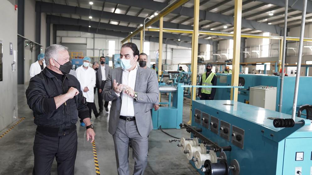 الملك يزور مصنعا ومشروعا في جنوب عمان