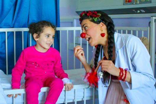 الأنوف الحمراء بالأردن ترسم الضحكات على وجوه الأطفال المرضى