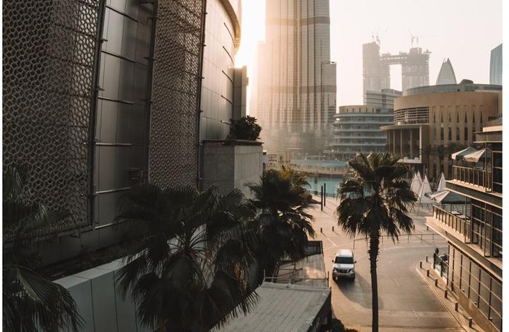 السجن لرجل أعمال نثر 50 ألف يورو مزورة في شوارع دبي