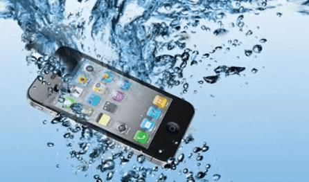 هل تعرض هاتفك للرطوبة؟ إليك طريقة تجفيفه