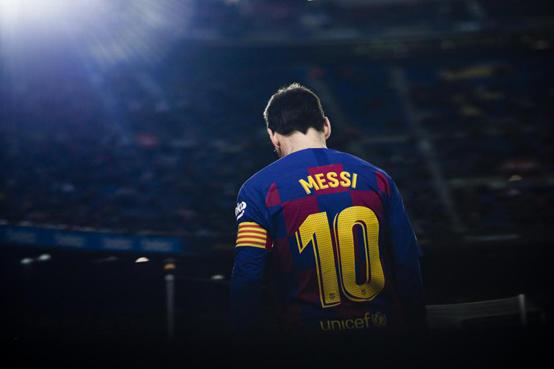 لاعب برشلونة السابق يتفوق على ميسي