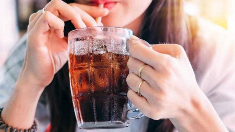 امرأة تفقد جمالها بسبب المشروبات الغازية