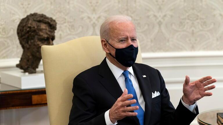 بايدن ينتقد إلغاء قرار ارتداء الكمامات