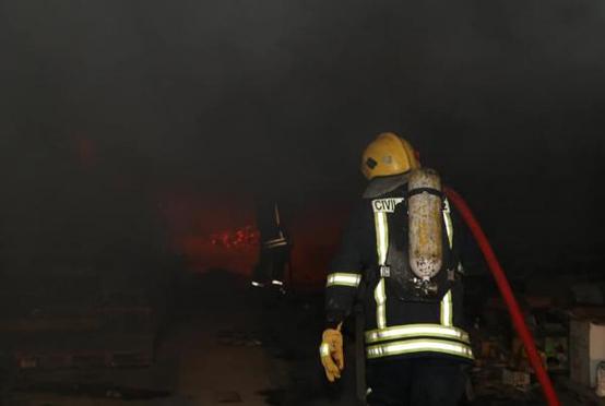حريق بمنجرة ومستودع فحم في سحاب - صور