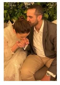 ابنة أصالة تثير الجدل بتقبيل يد عريسها - صورة