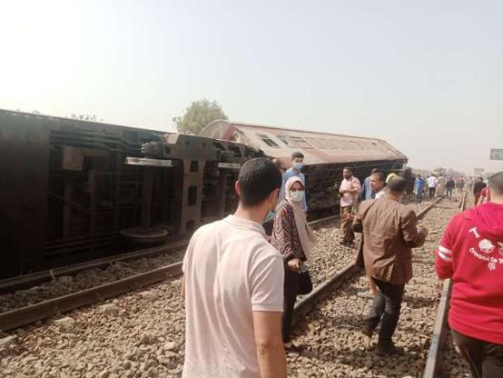 ضحايا بخروج قطار عن سكته في مصر - صور