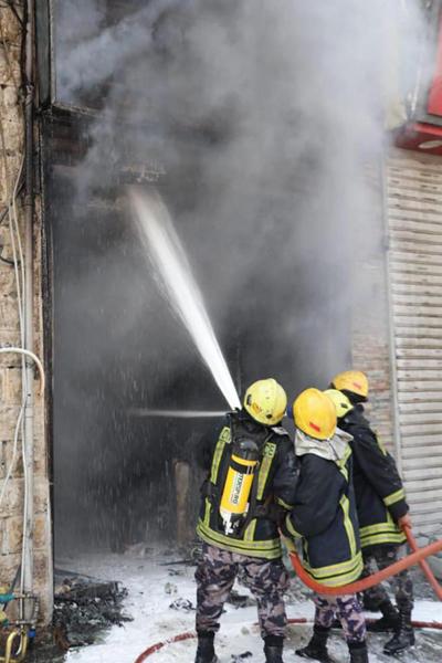 حريق بمحل لمواد البناء في وسط البلد -صور