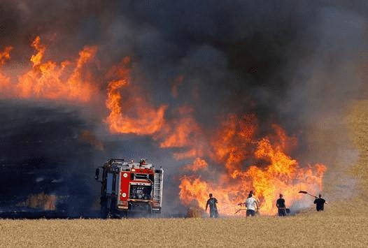اخماد حريق ساحة خارجية تتبع لأحد المصانع بالمفرق