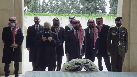 الملك والحسين والأمير حمزة يزورون الأضرحة