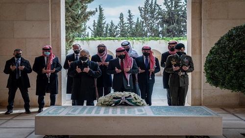 الديوان ينشر فيديو للملك يظهر بجانبه الأمير حمزة