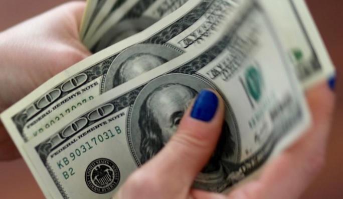 بنك يحول مليونا و200 ألف دولار لموظفة بالخطأ