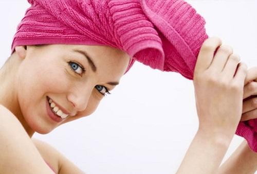 لتجفيف شعرك احذري من المنشفة!