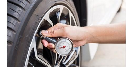 ما مدى صحة خفض ضغط إطارات السيارة بالصيف؟