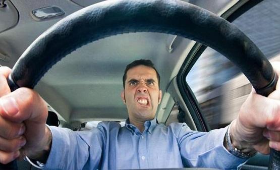 ضبط سائق هدد شخصا بالطريق العام