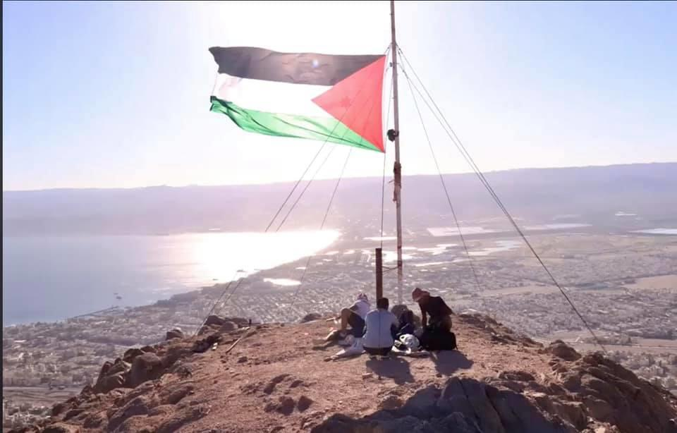 رفع العلم الأردني فوق اعلى قمة في العقبة
