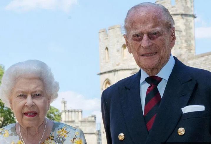 الملكة اليزابيت تودع الأمير فيليب