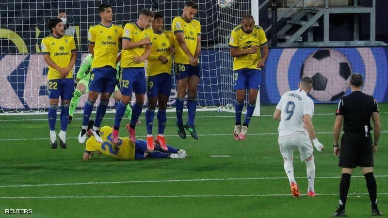 ثنائية بنزيمة تقود ريال مدريد لقمة الدوري الإسباني