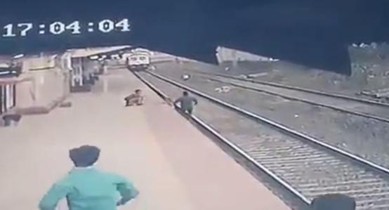 موظف شجاع ينقذ طفلا من تحت عجلات القطار- فيديو