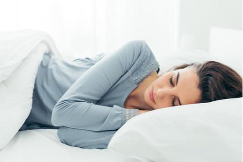 بعد امتلاء البطن والنوم.. ما الجانب المناسب للمعدة؟