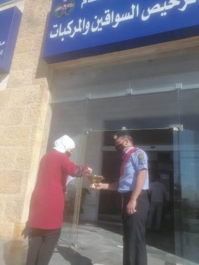ترخيص شمال عمان يستقل المراجعين بالحلوى