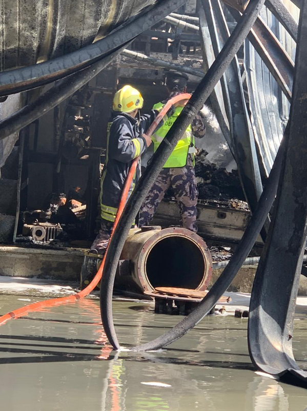اخماد حريق مصنع في عمان - صور