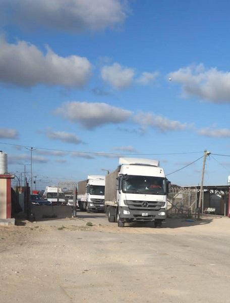 قافلة المساعدات الأردنية تعبر الحدود متوجهة لغزة - فيديو وصور