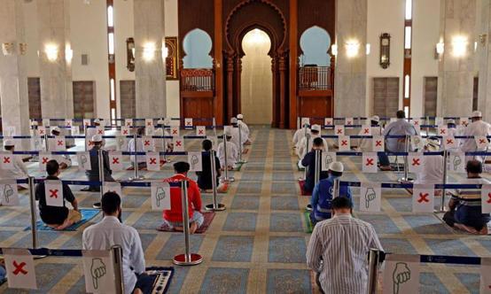 دولة عربية تعلق صلاة العيد